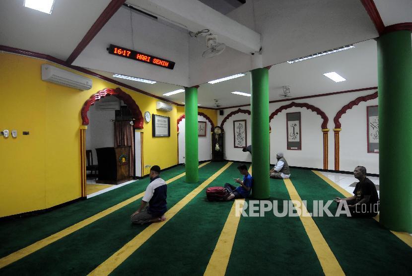 umat-islam-saat-beribadah-di-masjid-lautze-sawah-besar-_180222141042-979.jpg