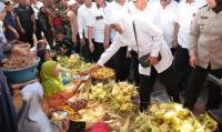 Sidak Pasar Anom Baru Sumenep, Gubernur Pastikan Stok Bahan Pokok Saat dan Pasca Lebaran Aman