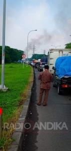 Mobil Terbakar Dijalan Tol Waru - Juanda