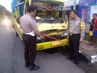 Sopir Ngantuk, Truk Hantam Kendaraan Didepannya
