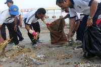 Polisi Serbu Pantai Kutang di Lamongan, Ada Apa?