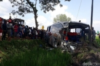 Kecelakaan Frontal 4 Kendaraan di Ngawi Akibatkan 11 Orang Luka