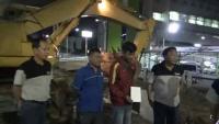 Tengah Malam, Bupati Gresik Hentikan Proyek Yang Dikerjakan Asal-Asalan