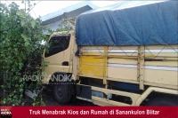 Truk Selip, Tabrak Kios, Rumah  dan Mobil di Sanankulon Blitar