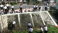 Di Hari Sampah, Ratusan Polisi Blitar Bersihkan Sungai
